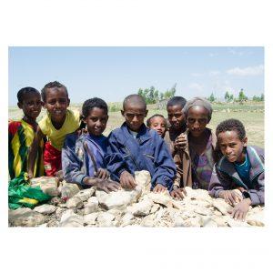 8 äthiopische Kinder gucken in die Kamera