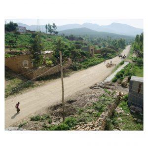 Straße in Äthiopien, im Hintergrund Berge