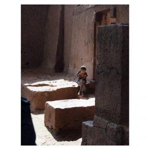 Ein Kind liest in Lalibela