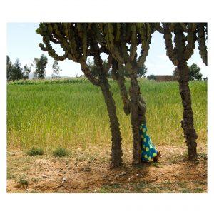 äthiopisches Mädchen versteckt sich hinter einem Baum
