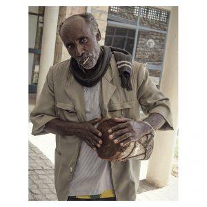 Äthiopischer Mann mit einer selbstgebauten Trommel